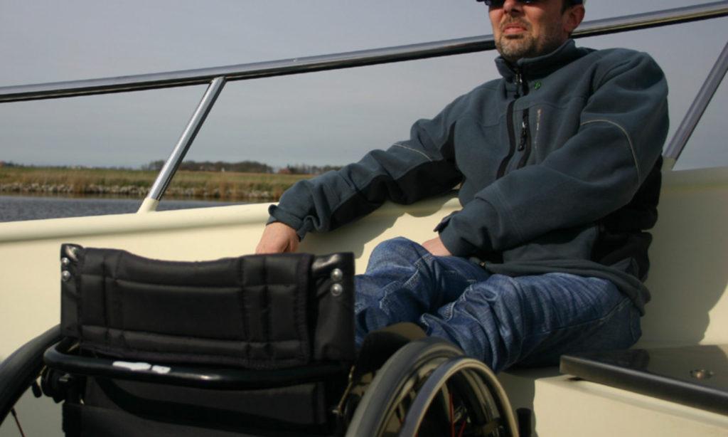 Jürgen Klug im Rollstuhl auf einem Hausboot