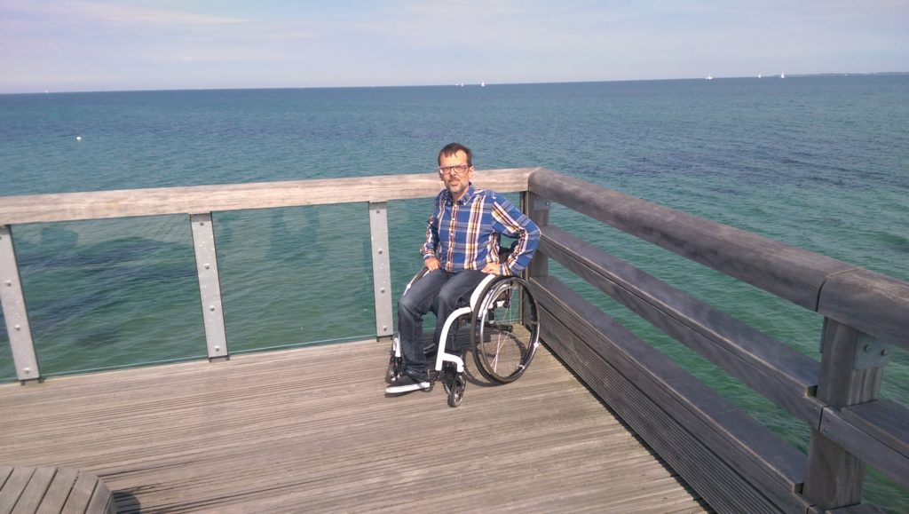 Jürgen Klug im Rollstuhl am Meer