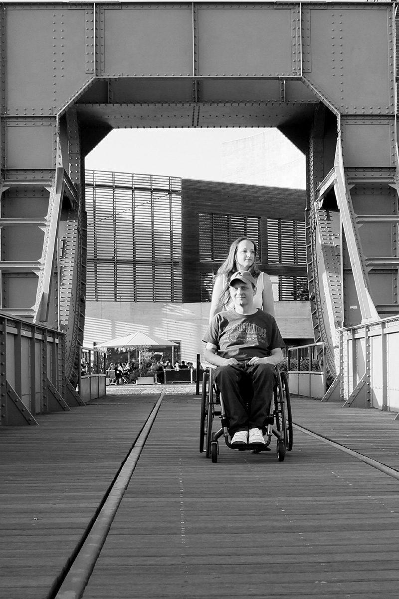 Rollstuhlfahrer in Begleitung seiner Partnerin