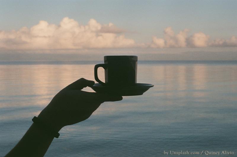 Mit dem Rollstuhl am Strand einen Kaffee geniessen