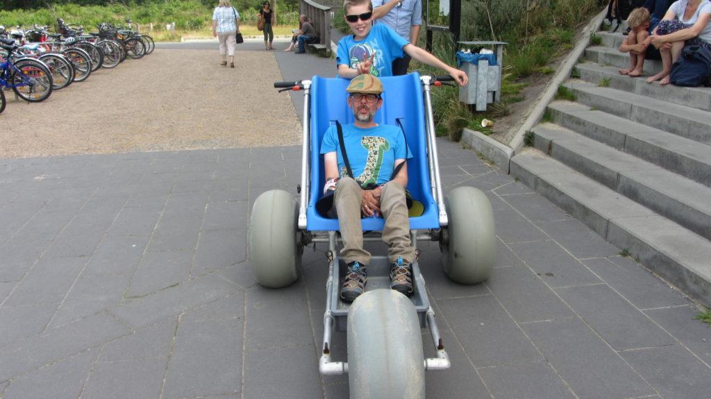 Jürgen Klug und Familie mit dem Wattmobil als Rollstuhlfahrer ins Watt
